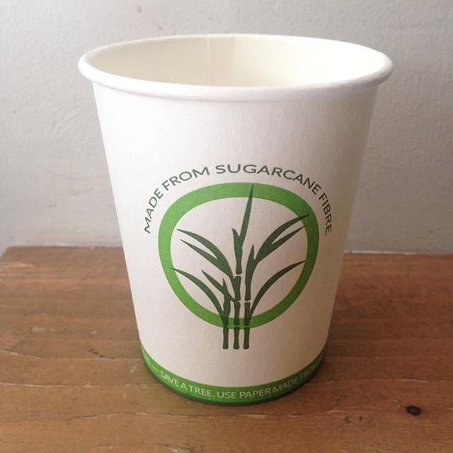 🌿Liefde voor het milieu maakt je sexy 😍 Onze nieuwe to go bekers zijn gemaakt van suikerrietvezel, een afvalproduct na de suikerproductie. Hierdoor hoeven er voor onze bekers geen bomen gekapt te worden. Hiep hoi! #sugarcane #liefdevoordenatuur #maarjeeigentogobekermeenemenisnógbeter