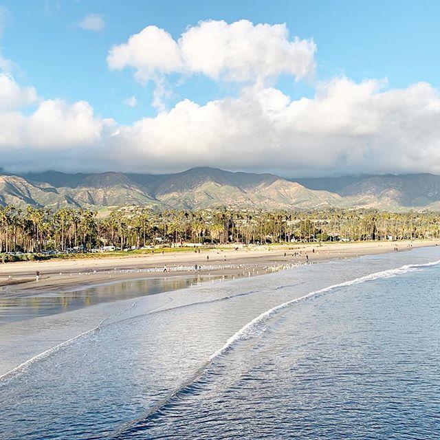 Happy Thursday, y'all! 🌊🌅 • • • #santabarbara #santabarbarapier #southerncalifornia #californiasunsets #myfavoriteplaces #mytinyatlas #prettylittletrips #westcoastisthebestcoast #sunshineandgoodvibes #goodvibesonly✨