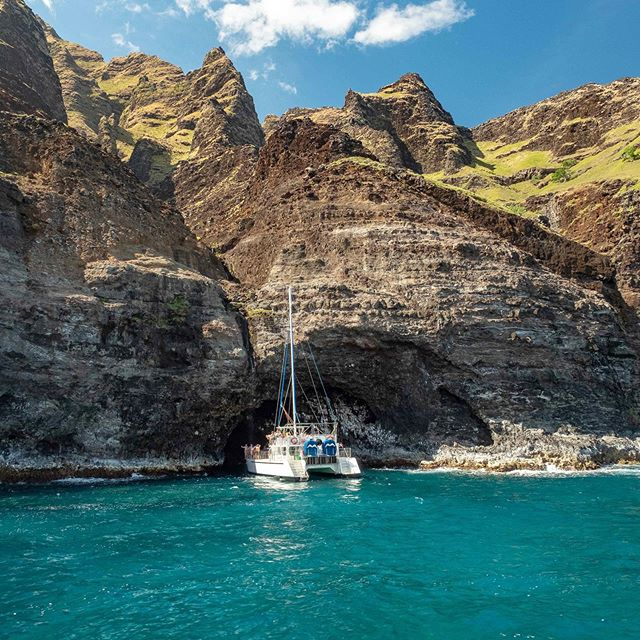 🌊🥰🤙🏽 Can't be mad about anything here. • • • #napali #napalicoastline #kauaiadventures #thegardenisle #boatexcursion #mostbeautifulplaces #epiclandscapes #alohastateofmind #alohastate #lifeisfun #travelphotographers #napalicoaststatepark #hawaiilove #hawaiiadventures #hawaiianislands #gohawaii