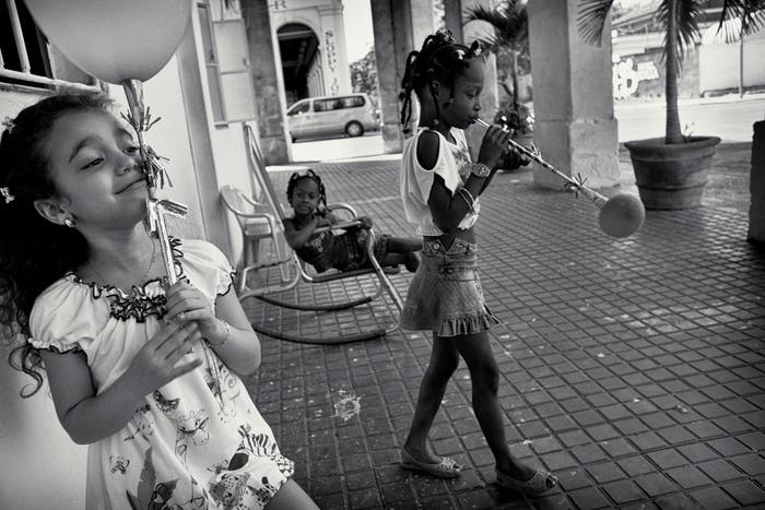 Mulhall-Brereton, Jenna_Girls with balloons, Havana, Cuba_1576950.jpg