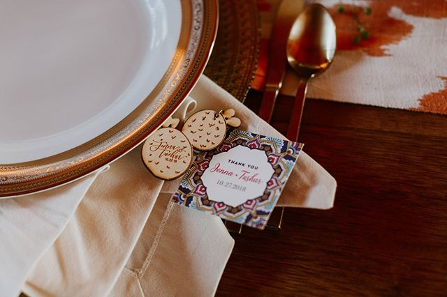 I love a good favor. Like these wooden keychains by local @decoinkdesigns and it was simply a joy to design a tag that helps the couple give thanks to their guests.  . . . . . #pineandcactus #stationer #stationery #weddingstationer #weddingpaper #weddingdayof #handmade #weddingfavor #favortag #thankyou #momento #detailsmatter #itsinthedetails #azwedding #fushionwedding #boldcolor #indianwedding