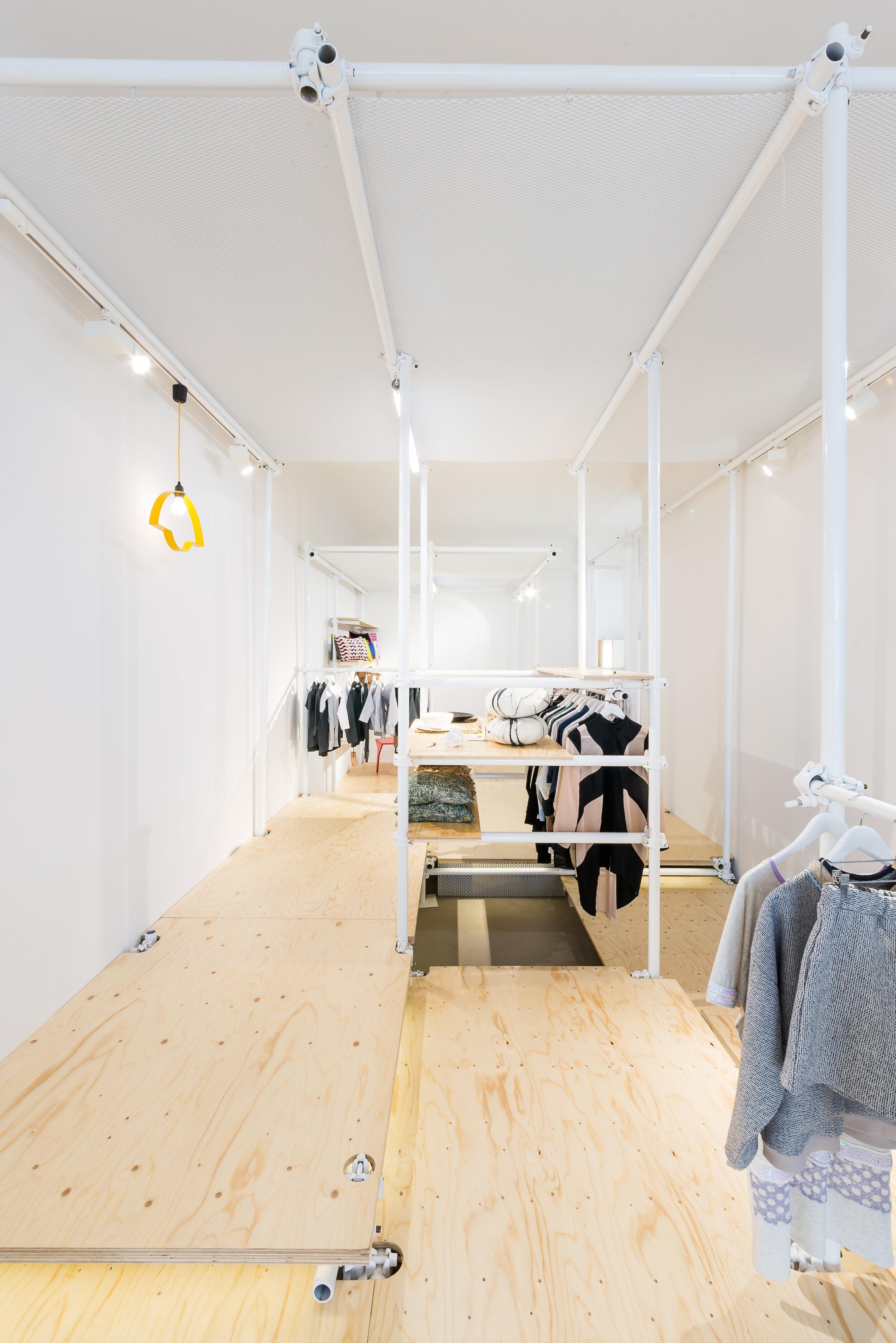 Ze względu na potrzebę czasowych adaptacji przestrzeni pod kątem organizacji wystaw czy warsztatów wnętrze podzielono na dwie strefy: ruchomą oraz stałą. Instalacja z rusztowań pomalowana jest na biało by mimo stworzenia z niej ram i kadrów przestrzennych pozostawała jednak tłem dla ekspozycji produktów o różnych kształtach i kolorach.
