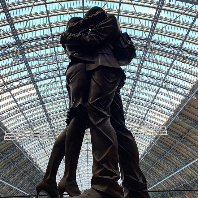 Like this sculpture, we are made up of a tower of stories that have shaped us into who we are today. We are ever evolving, with each story in our life adding colour and forming how we think and what we feel. Let others know who you are by sharing some of your stories today on Pair.  Sculpture: The Meeting Place at St Pancras Station, London. . . #dating #onlinedating #datingprofile #findadate #datingprofile #datingadviceformen #datingadviceforwomen #datingadvice