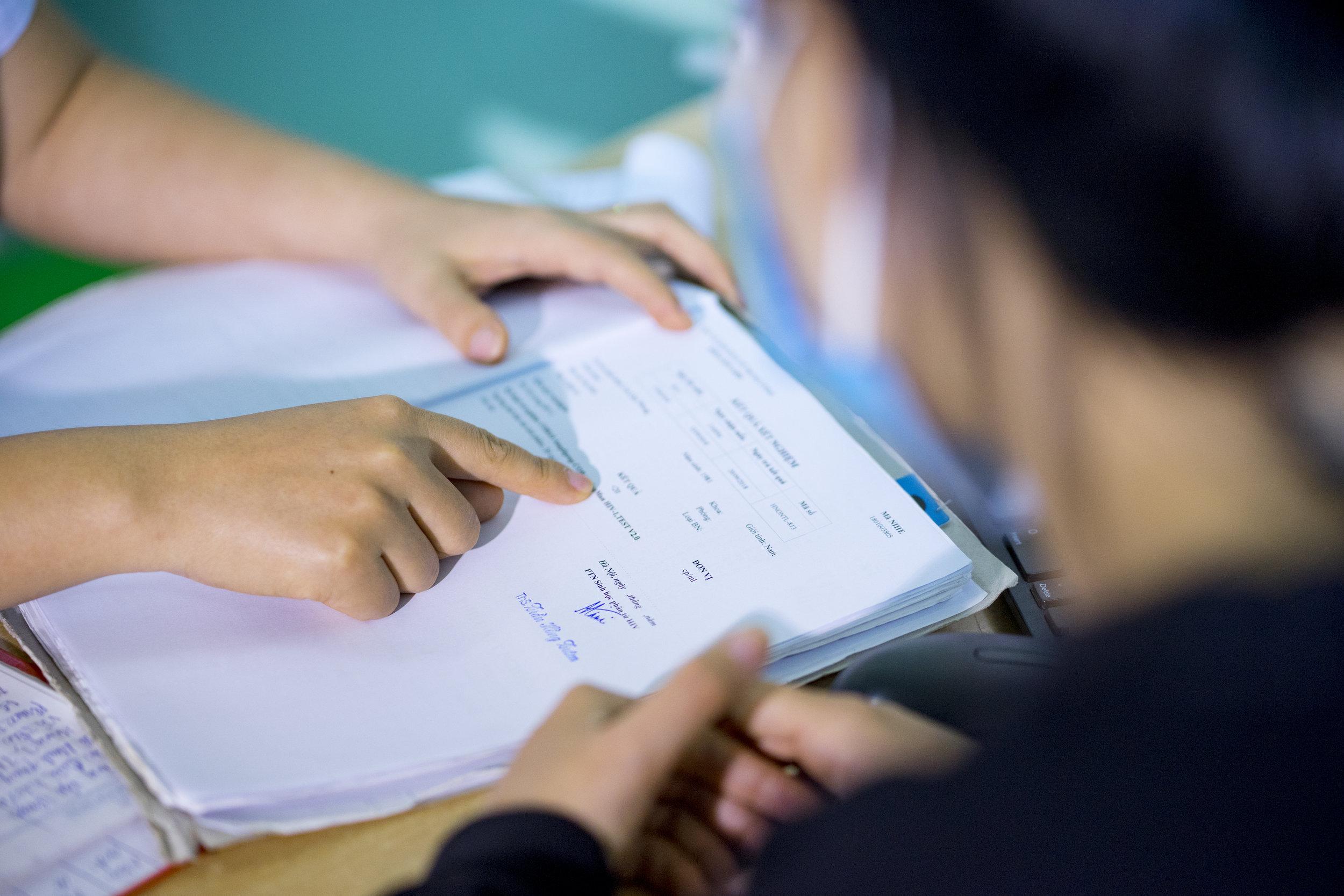 Nhân viên y tế tư vấn cho bệnh nhân HIV về kết quả xét nghiệm tải lượng vi rút