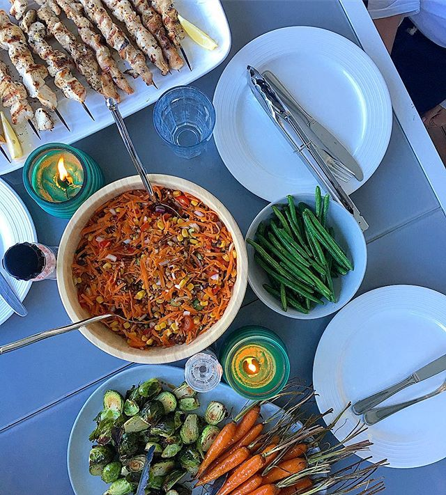 Delicious spread from the other night 👌🏼 Eating socially does not have to mean making unhealthy choices 🙅🏻♀️ Here I served up some bbq chicken skewers 🍢 a lentil, corn and mixed vegetable salad 🥗 baked brussel sprouts and carrots 🥕 and sautéed green beans 😋 I just love feeding my friends all the good stuff 🙌🏼💁🏼♀️😍