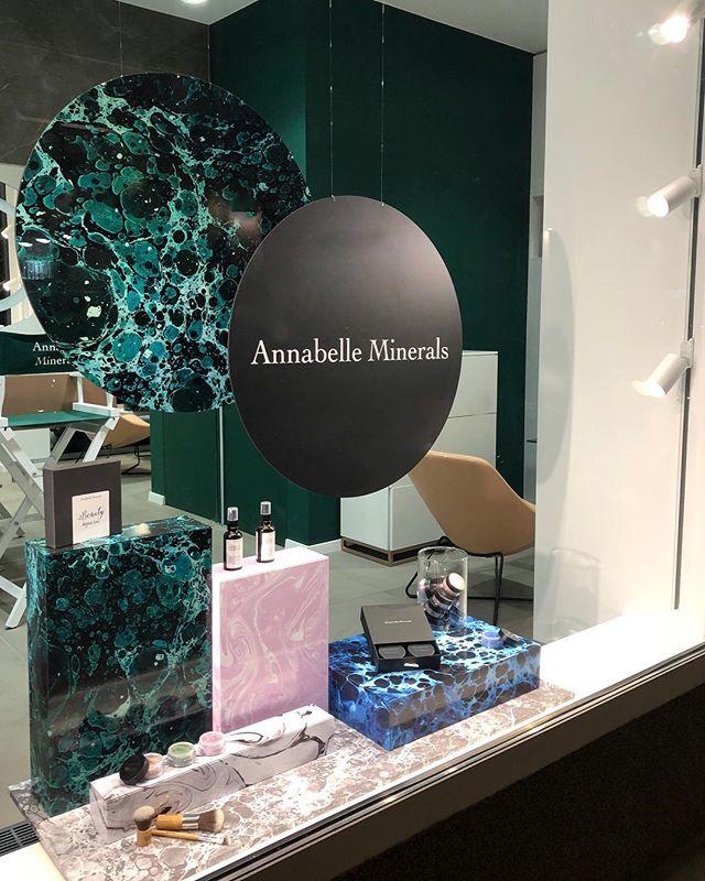 Mineralna wystawa dla @annabelleminerals_pl 🦋 Marmurki by @kajaredkie #newproject #windowstoriesbymalwa #windowdisplay #vm #retaildesign #retail #visualmerchandising