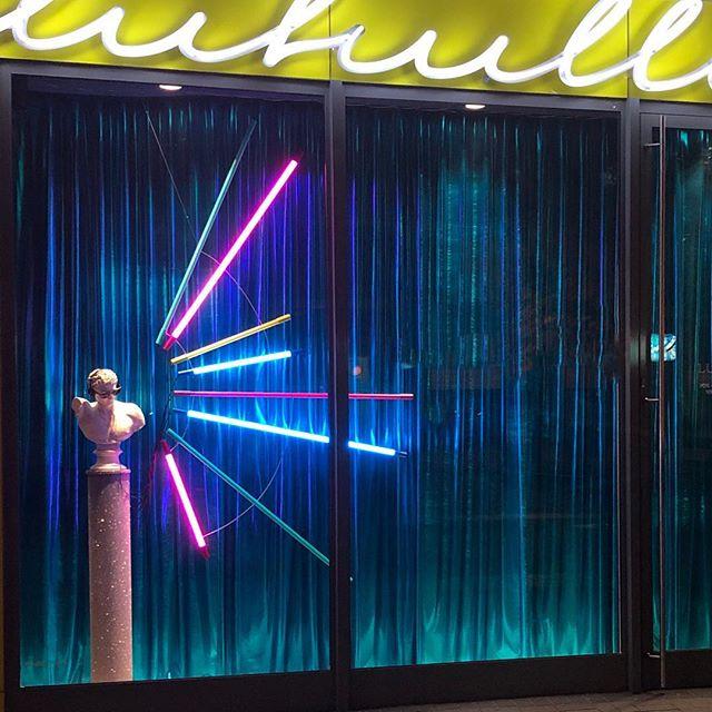 Raz na niebiesko raz na zielono. Disco🕺 @lukullus_warszawa w nowej odsłonie #hellolody #windowstoriesbymalwa #windowdisplay #newproject #vm #visualmerchandising #retaildesign #waszawawa #warszawanocą