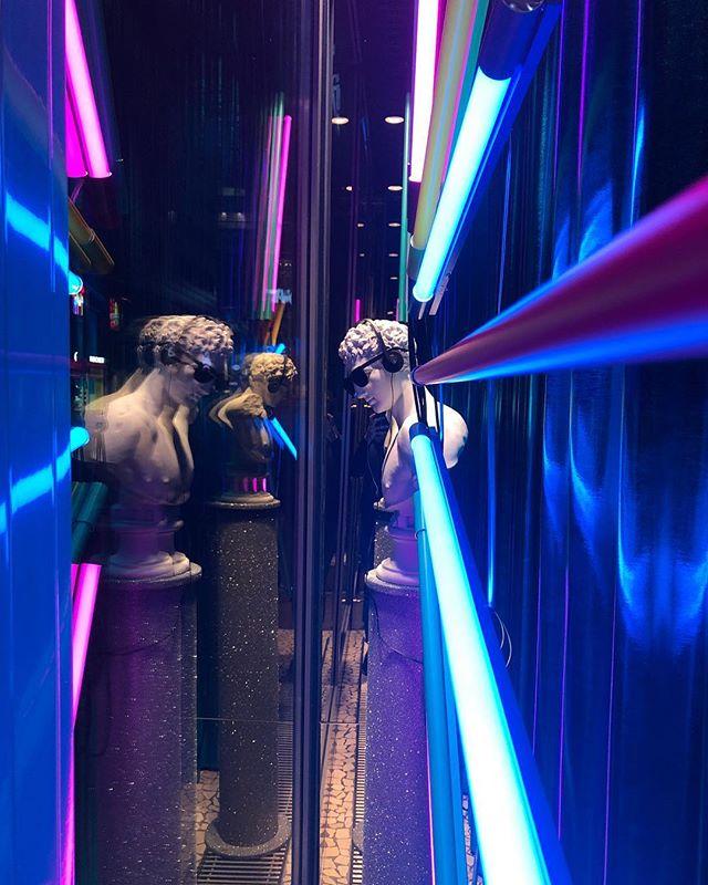 """Neon, brokat, a w słuchawkach """"You gotta a lick it""""😎 #windowstoriesbymalwa #vm #visualmerchandising #retaildesign #windowdisplay #newproject #newwindow #projektowaniewitrynsklepowych #witrynasklepowa"""