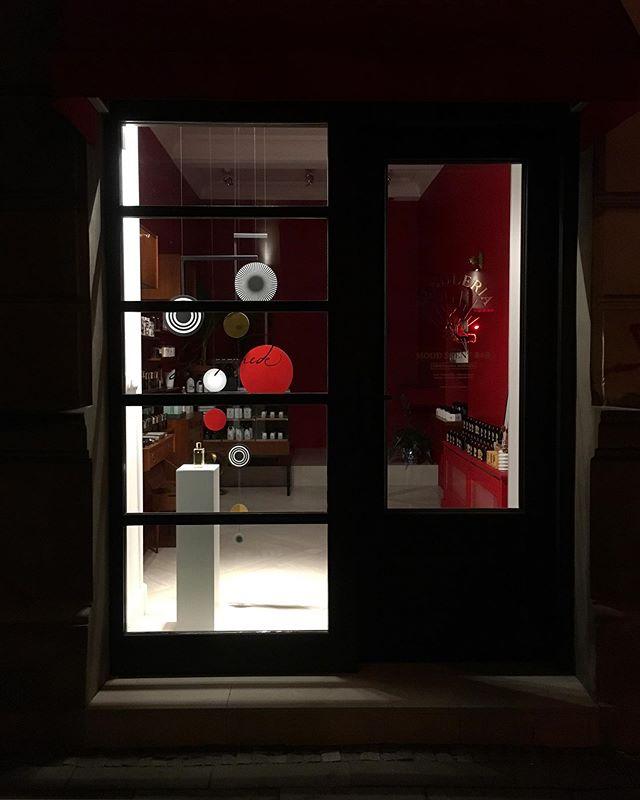 Księżyce Jowisza, a wśród nich jeden wyjąkowy🌖 ✨w @candleria_ #windowstoriesbymalwa #windowdisplay #vm #visualmerchandising #retaildesign #ganymede #warsawretail #storewindow #projektowaniewitrynsklepowych #witrynasklepowa