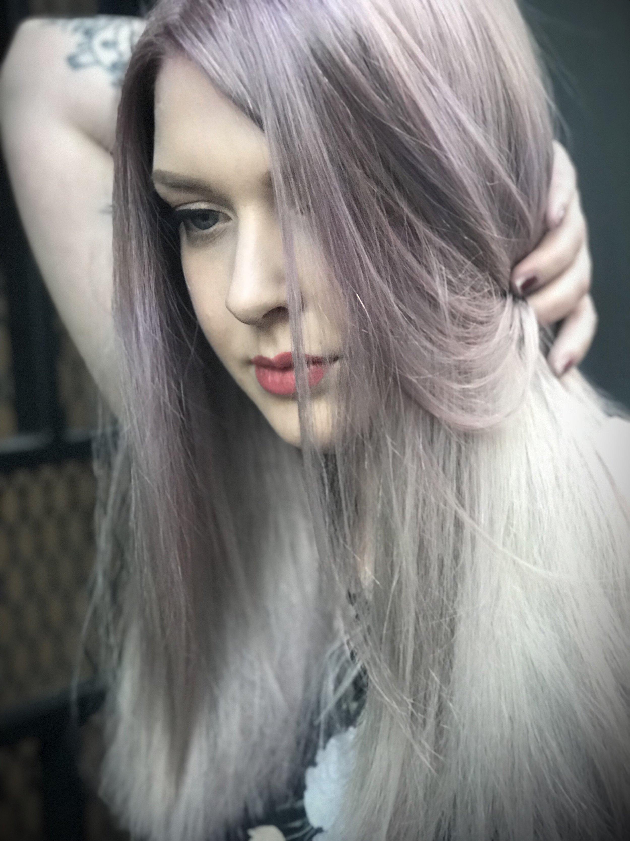 En lavender/grey shadowroot som sklir ut i en dusty lavender og silver balayage