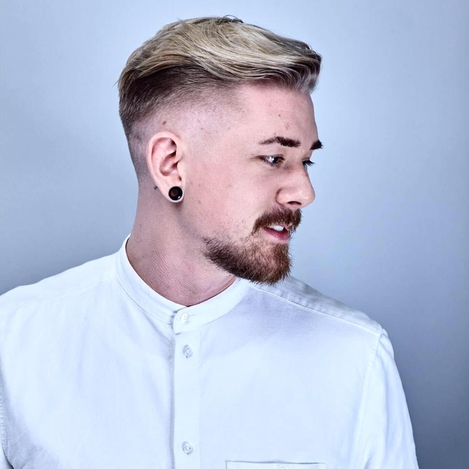 Dan - Dette er Dan!Dan er MOOD studio sin egen barberer, komiker, DJ, bartender og herrefrisør. Han utmerker seg spesielt på sine plettfrie skinfades og er en favoritt blant gutta. Han har vært i faget i over 10 år og god erfaring med det meste. Personlig liker han best å jobbe med fargedesign og fashion cuts for gutta.Du vil oppleve Dan som en utrolig festlig fyr, med kompetanse til fingerspissene.
