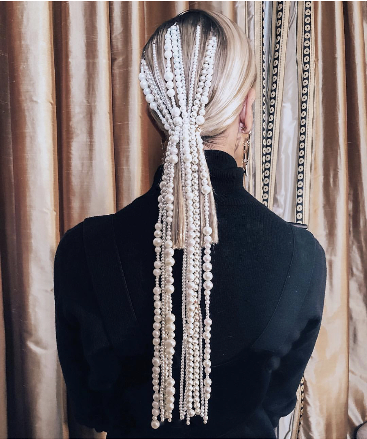 Lange smykker i håret som feks dette ser vi masse av. (Tips til feste; flett en tynn flette og heng smykket øverst for å få godt feste)