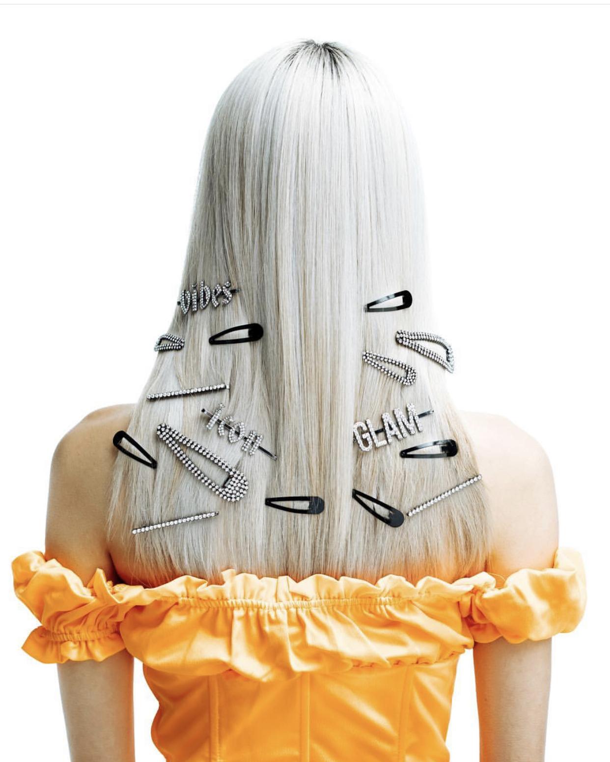 Utglattet hår som også viser frem noen av de hotteste hårspenner for våren.