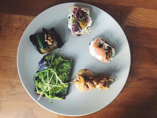 Assorted finger foods for N26 (my bank!). Avocado and pea shoots, satay and cashew sauce, ricotta, pistachio dust and prosciutto baguette, eggplant, quinoa tomato roll, buckwheat blini with grapefruit creme fraiche and lachs.