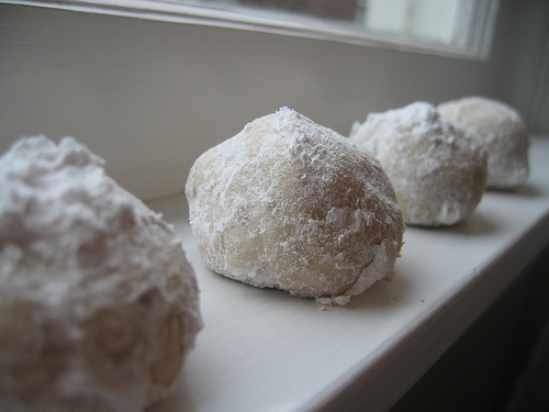 snowball cookie recipe with pecans | talkoftomatoes.com