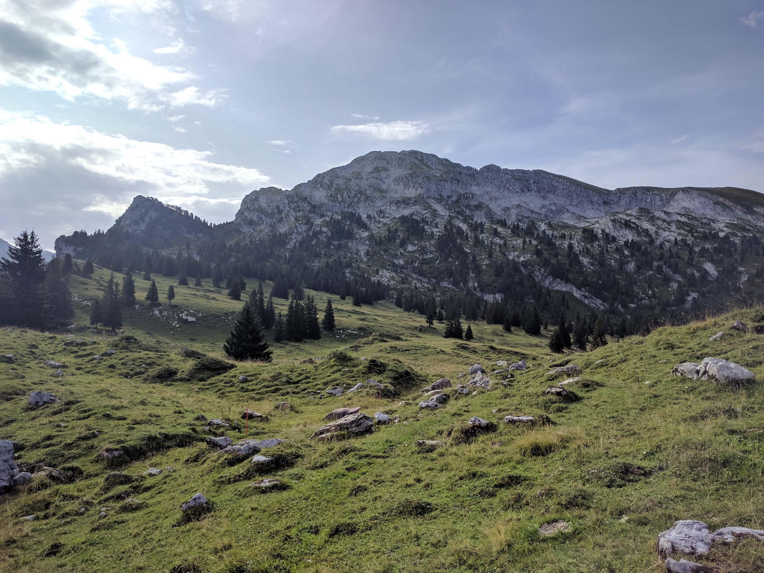 Links das Girenhorn, in der Mitte das Seehorn, und rechts der Fromattgrat