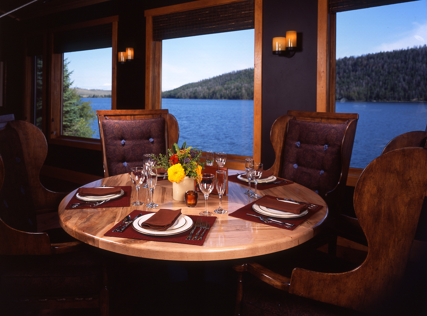 wyoming, wood, lake, lodge, leather, seating, dining room, rich textures, warm tone, rustic, western, inviting, cozy