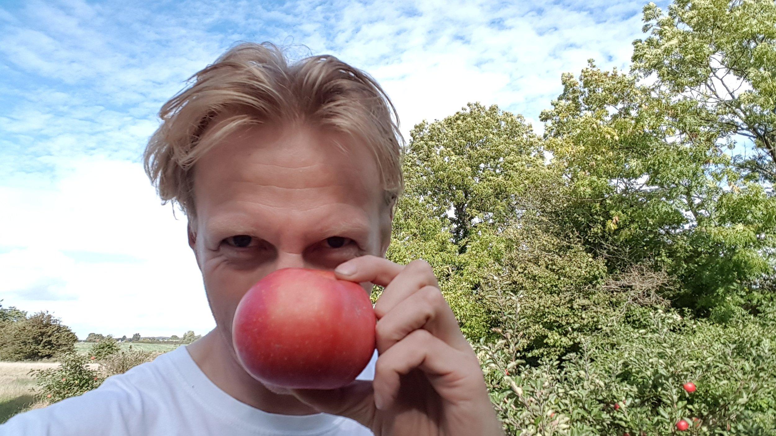 Hvad er Æbleskud?  Jeg hedder Lars Henrik og har skabt Æbleskud for at give nyt liv til de æbler i min frugthave jeg ikke selv når at bruge. Tak til alle jer, der tager godt imod projektet. Her kan du læse mere om  ideen bag Æbleskud.