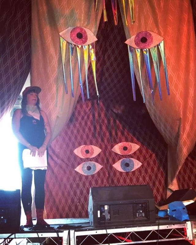 Aaaah... remember that very lucid dream we had a few weeks ago at a very peculiar place called @desertdaze_official ? We all lived and loved in a magical village built and kept by mystics, nature surrounded us, the music was the vibey-est and we learned about magic, crystals and mushrooms every day... Here's a snippet of Mushroom Queen @pollycompost enlightening us about the ways of the forest and the magic of mycelium 😍🙏🏽💓🍄💓🍄💓🍄