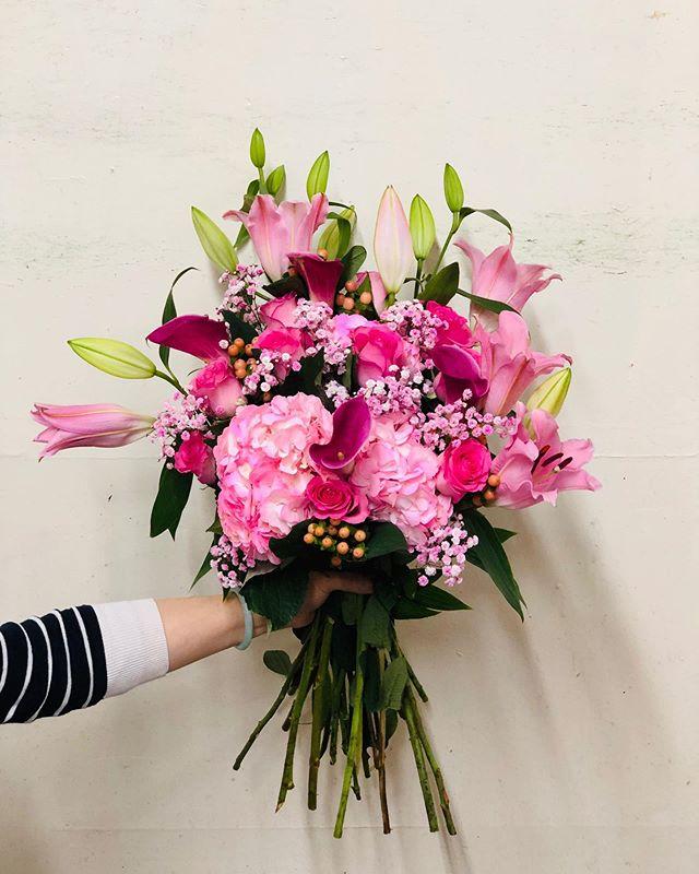 Happy Monday everyone 🌸😊 #bouquet #bouquetaday #photooftheday #hydrengea #pinkroses #pink #pinklily #lilies #callalily #purpleflowers #pinkflowers #babysbreath #pretty #florist #floral #floristshop #floristsofinstagram #flowering #flower #flower_daily #flowerstagram #sanfrancisco #sweetheartflorist #bouquetofflowers
