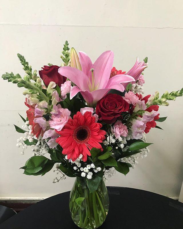 💐🌹 #floral #photooftheday #bouquet #flower #flowerstagram #laflorist #sanfranciscoflorist #rose #daisy #gerberdaisy #pinklily #lilies #flowerideas #giftideas #giftsforher #centerpieces #arrangment