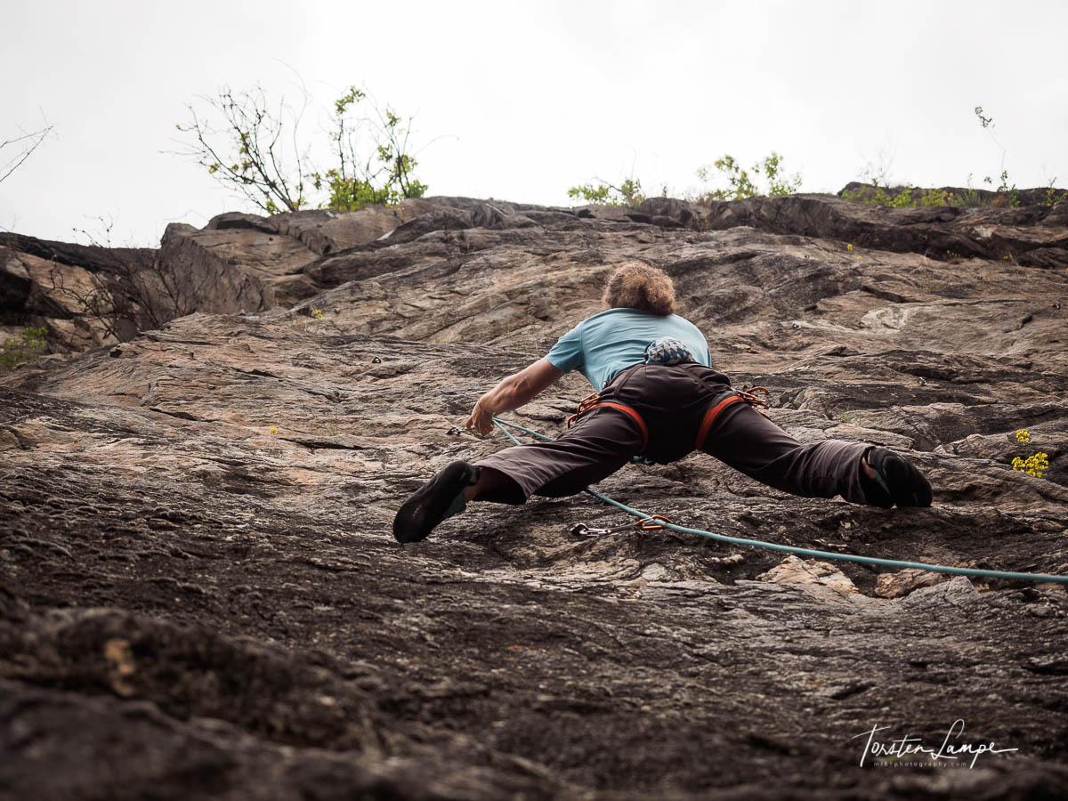 Basti in der Kletterwand