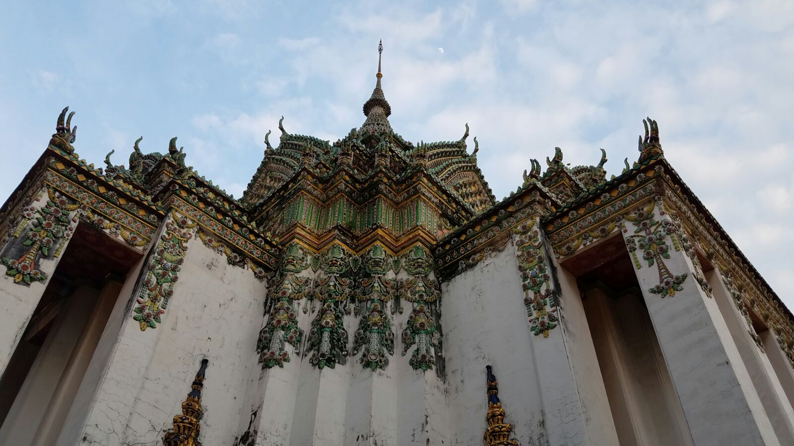 Metal claws at Phra Mondop