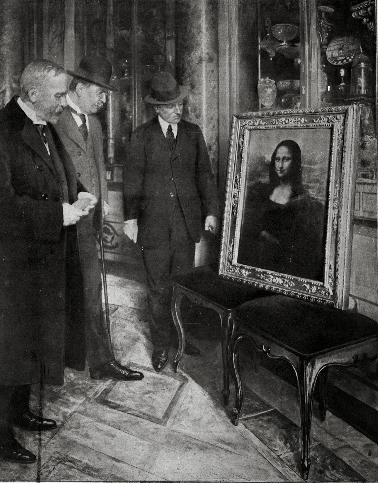 The  Mona Lisa  on display in the Uffizi Gallery, in Florence (Italy). Museum director Giovanni Poggi (right).