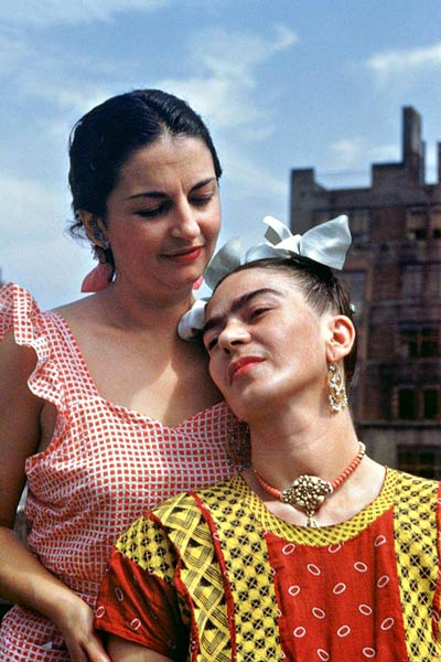 Frida Kahlo (right) with her sister, Cristina