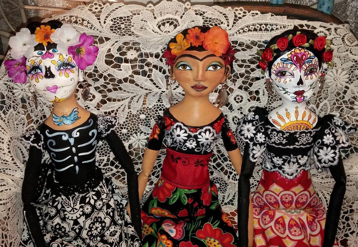 La Frida roja con dos catrinas