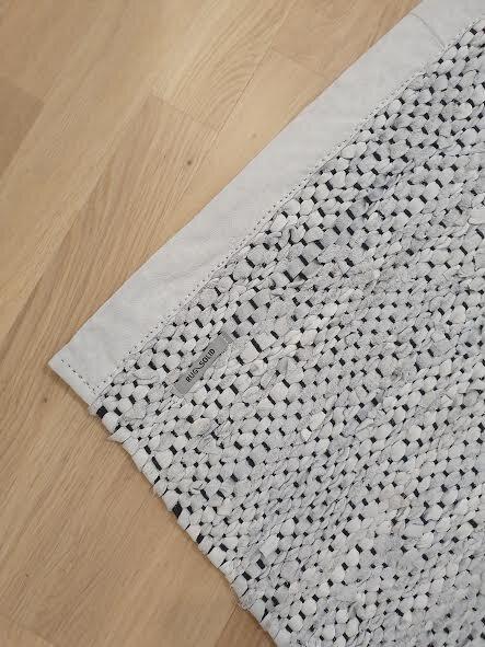 Rugsolid matto - Neljäs torilöytö oli Rugsolid matto.Ostohinta 50€Edellinen omistaja oli laittanut maton myyntiin, koska vaalea väri ei ollut käytännöllinen koiranpennun muutettua taloon.