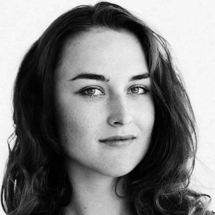 EMMA CLARE - Journalist og skribent som har jobbet i blant annet D2 og Natt&Dag. Sist sett i NRK-serien Innafor der hun dykket ned i tabuer og problemstillinger som påvirker unde i hverdagen. Emma bruker seg selv og sine erfaringer aktivt som journalist, og kommer til å snakke om ideéutvikling og hvordan man kan ta utgangspunkt i egne erfaringer for å skape noe for andre.