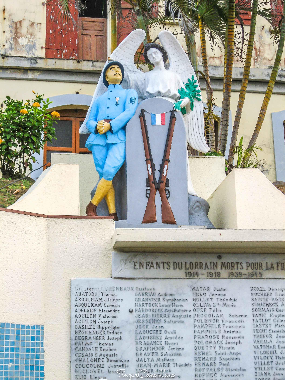 Fier et fringant soldat en uniforme bleu horizon... (Monument aux Morts du Lorrain, Martinique)