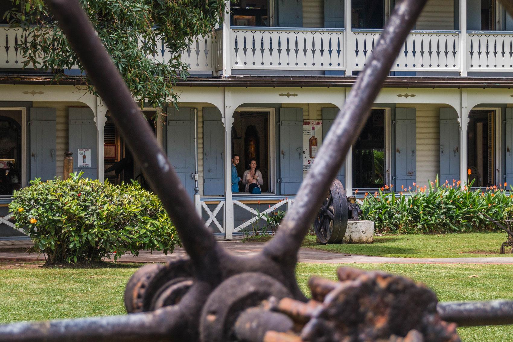 martinique, distillerie saint-james : couple sur veranda