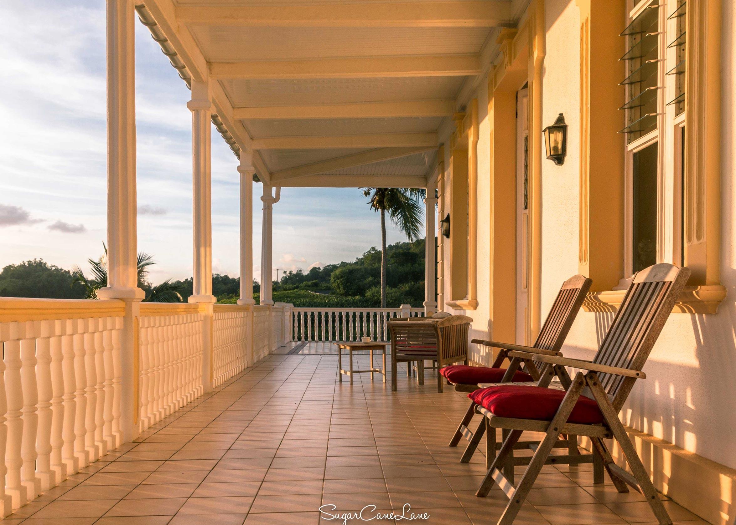 martinique, domaine saint-aubin : sunrise veranda maison creole et fauteuils en teck
