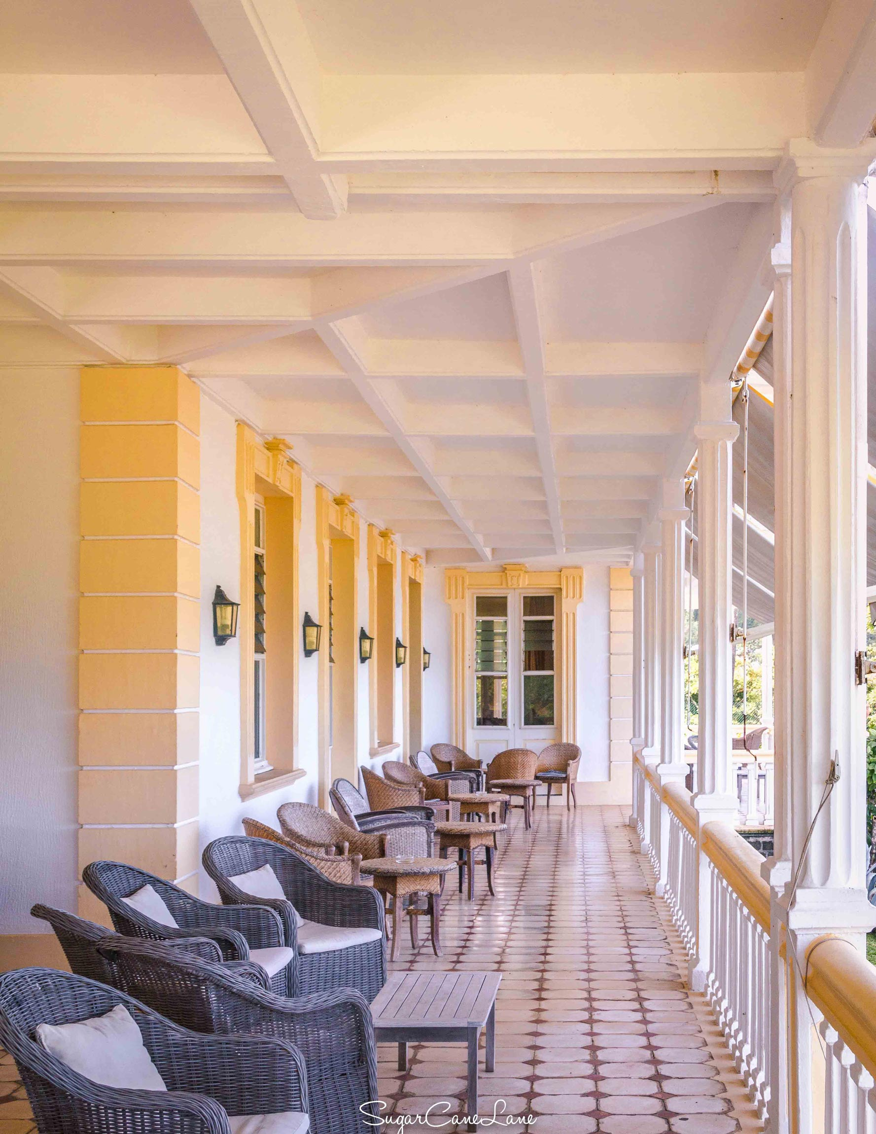 martinique, domaine saint-aubin : veranda et fauteuils de jardin