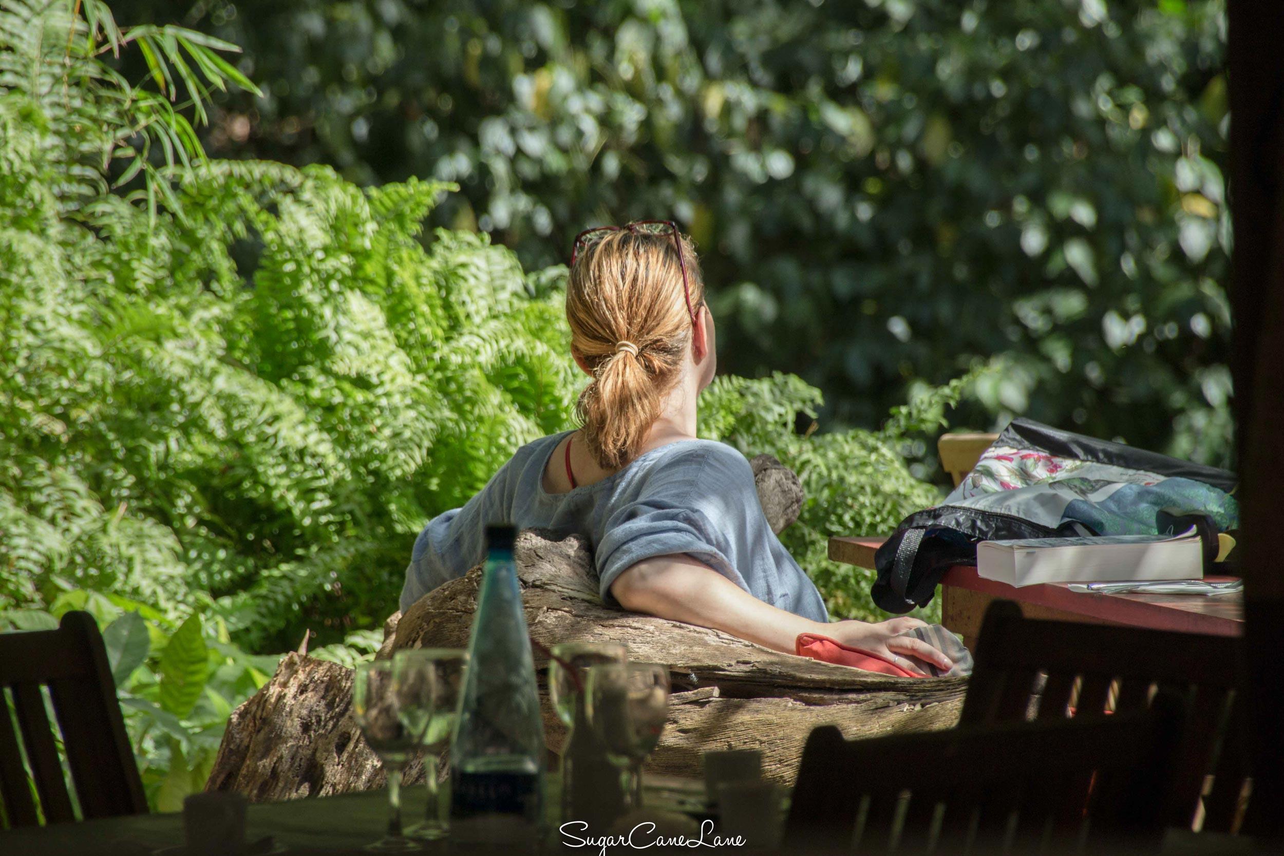 Martinique, habitation Ceron : une femme prend un bain de soleil