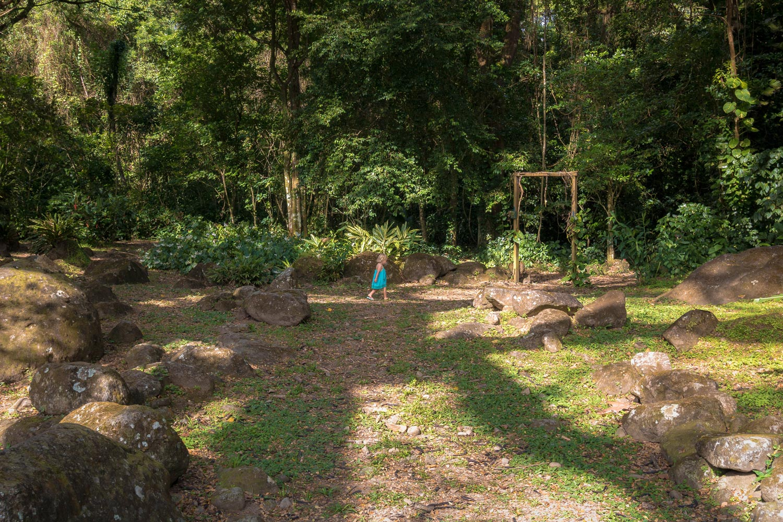 Martinique, habitation Ceron : petite fille en robe bleue