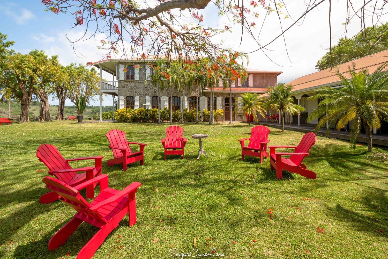 martinique, habitation du simon : maison creole et salon de jardin