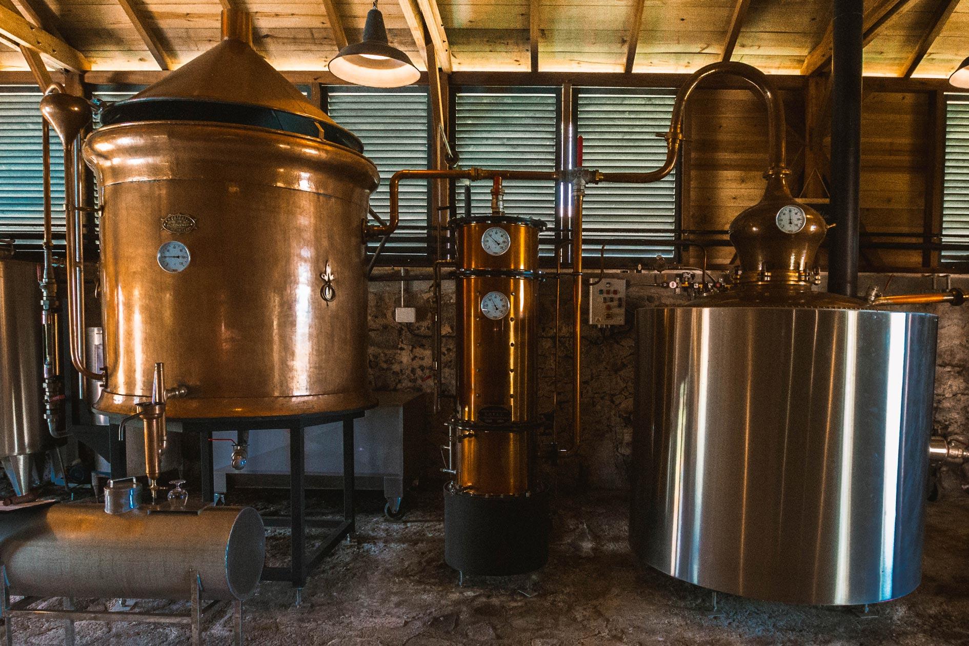 martinique, habitation du simon : la distillerie et son alambic en cuivre