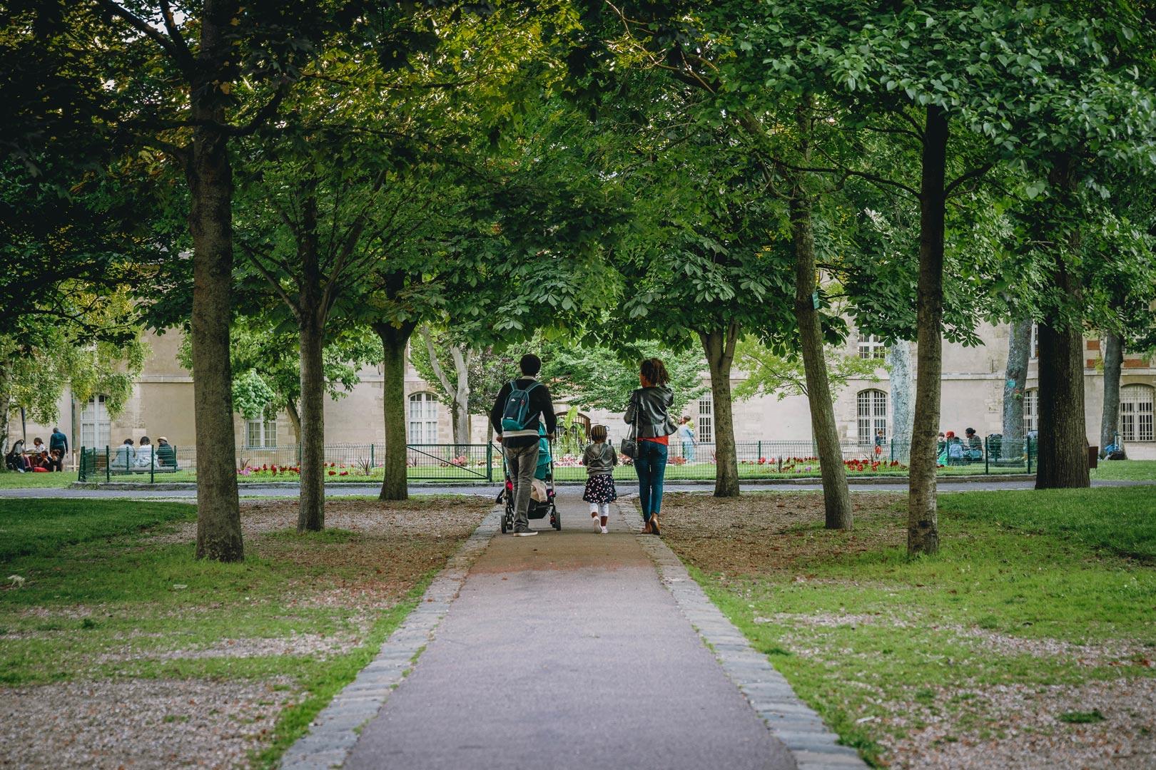 Familles bienvenues au Jardin du quadrilatère de l'hôpital Saint-Louis pour une session gwoka