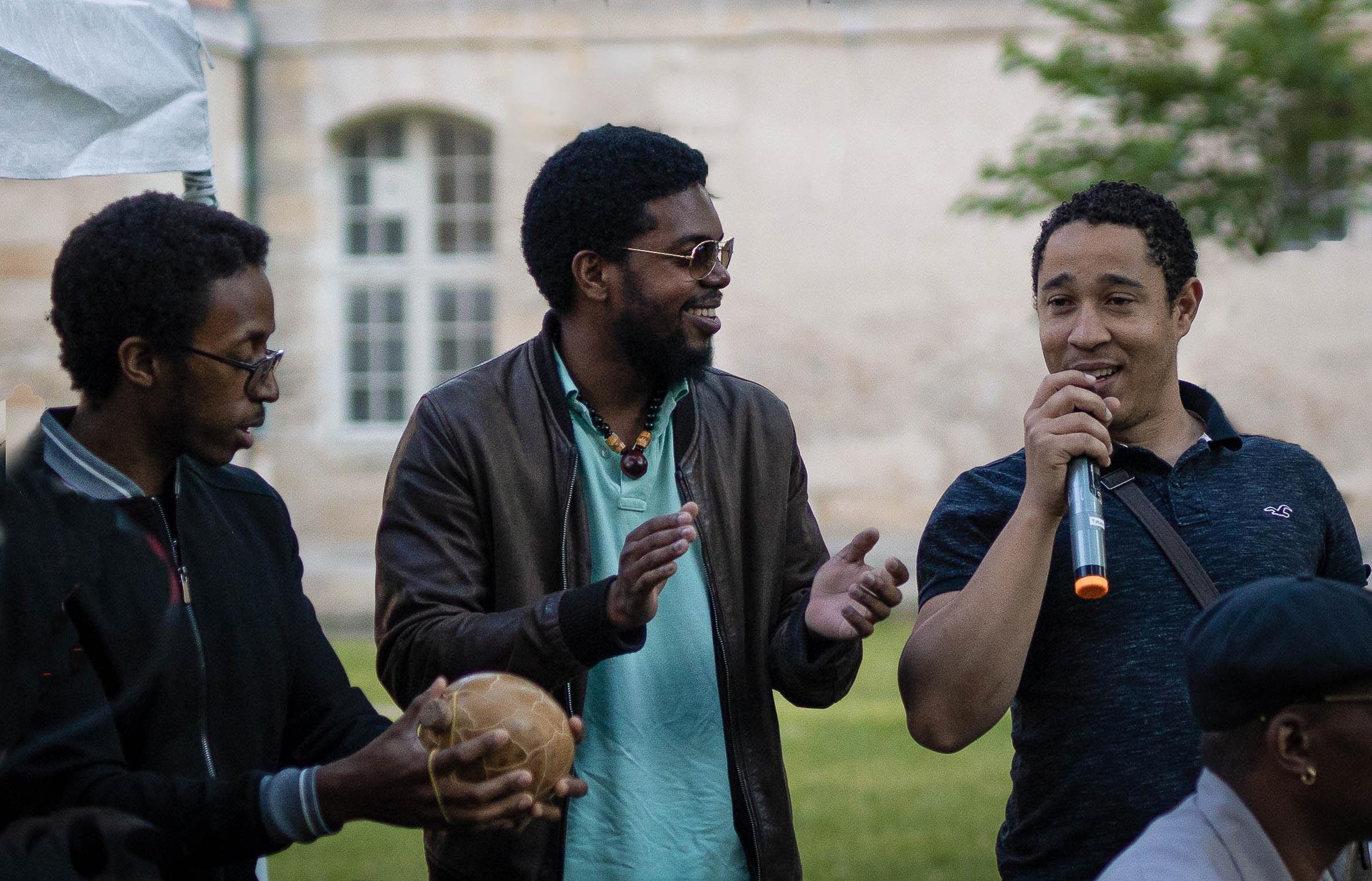 Mikael, au centre, est l'élément moteur de l'Atilyé Gwoka. Entre autres, il enseigne le ka et le chant.