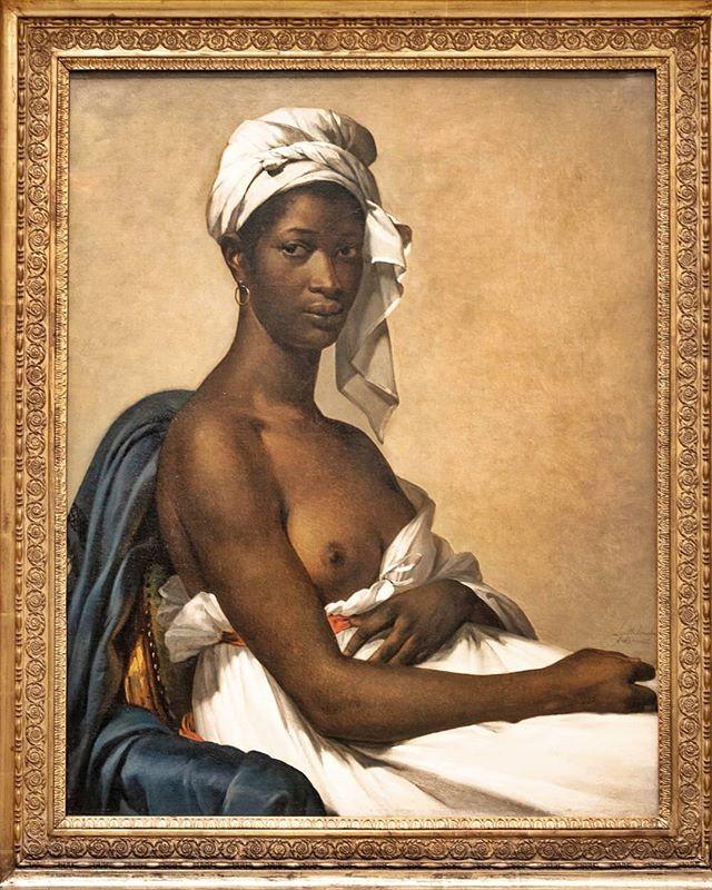 """Elle s'appelait Madeleine et était guadeloupéenne  Ce tableau d'une belle femme à la peau noire drapée de blanc, digne et au regard tranquille, vous est sûrement familier. """"Portrait d'une Négresse"""", c'est ainsi qu'on le présente dans le livret du Salon de 1800. Si elle pose à la manière des femmes blanches des classes supérieures de l'époque, sa tenue et son sein dénudé évoquent un idéal exotique. Ce chef d'œuvre de la peinture néo-classique, qu'on entrevoit dans le clip de Beyoncé et Jay-Z réalisé au Louvre,s'appelle désormais """"Portrait de Madeleine"""". ----------------------------- #brownsugar#madeleine#paris_focus_on #blackbeauty #loves_paris #france4dreams #seemyparis #parisvisuals #parislovers #vivreparis #portrait#doitin_paris#topparisphoto #unlimitedparis #beauty #orsay #museeorsay #museedorsay#orsaymuseum #beauxarts #artexhibition #exhibition #modelenoir #blackmodels #artgallery #fineart #peinture #painting #expo"""