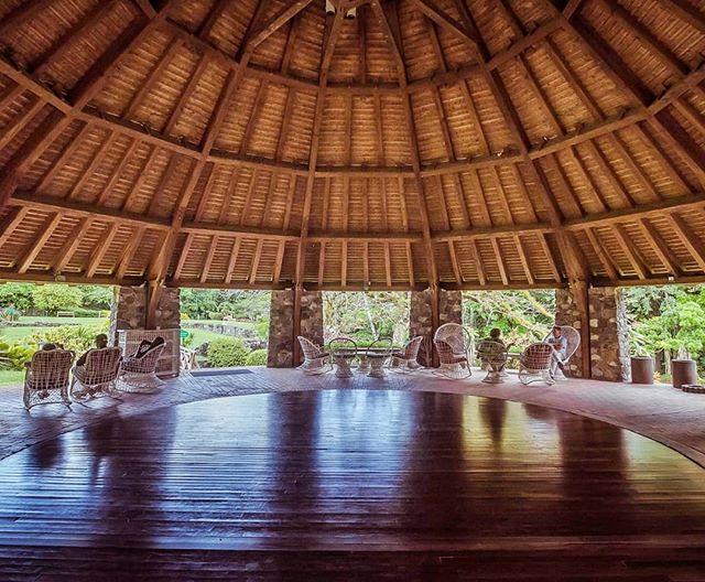 Martinique, Trois-Ilets : le Domaine de la Pagerie  L'ancien moulin à bêtes où l'on broyait la canne a été transformé en grand carbet.  Le Domaine de La Pagerie s'appelle d'abord l'habitation Petite Guinée — charmante évocation du Commerce Triangulaire 🤔 hum.... Fondée au 17ème siècle par les grands-parents maternels de Joséphine, c'est une des plus grosses habitations de la Martinique qui couvrira jusqu'à 500 hectares — l'actuel golf des Trois-Ilets y était rattaché. ------------------- #sugarcane_lane#fwi#Antilles#caribbeandreams#lapagerie #imperial#heritage#history#discovermartinique#france4dreams#iamfrommartinique#ig_caribbean #ig_caribbeansea#ig_martinique #martiniquemagnifique #visitmartinique #westindies #martiniquetourisme#matnik #tree #napoleon #bonaparte