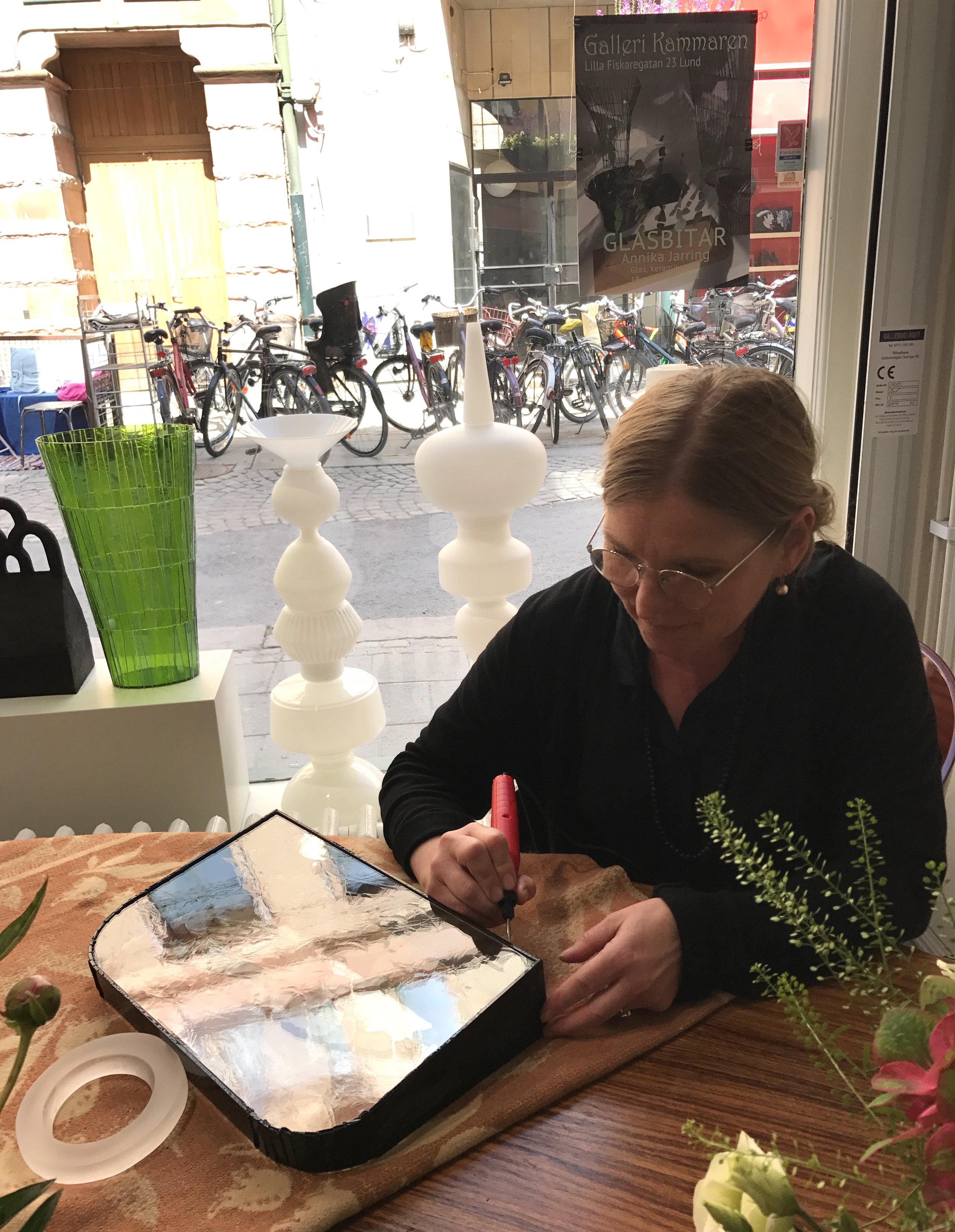 Annika signerar.JPG
