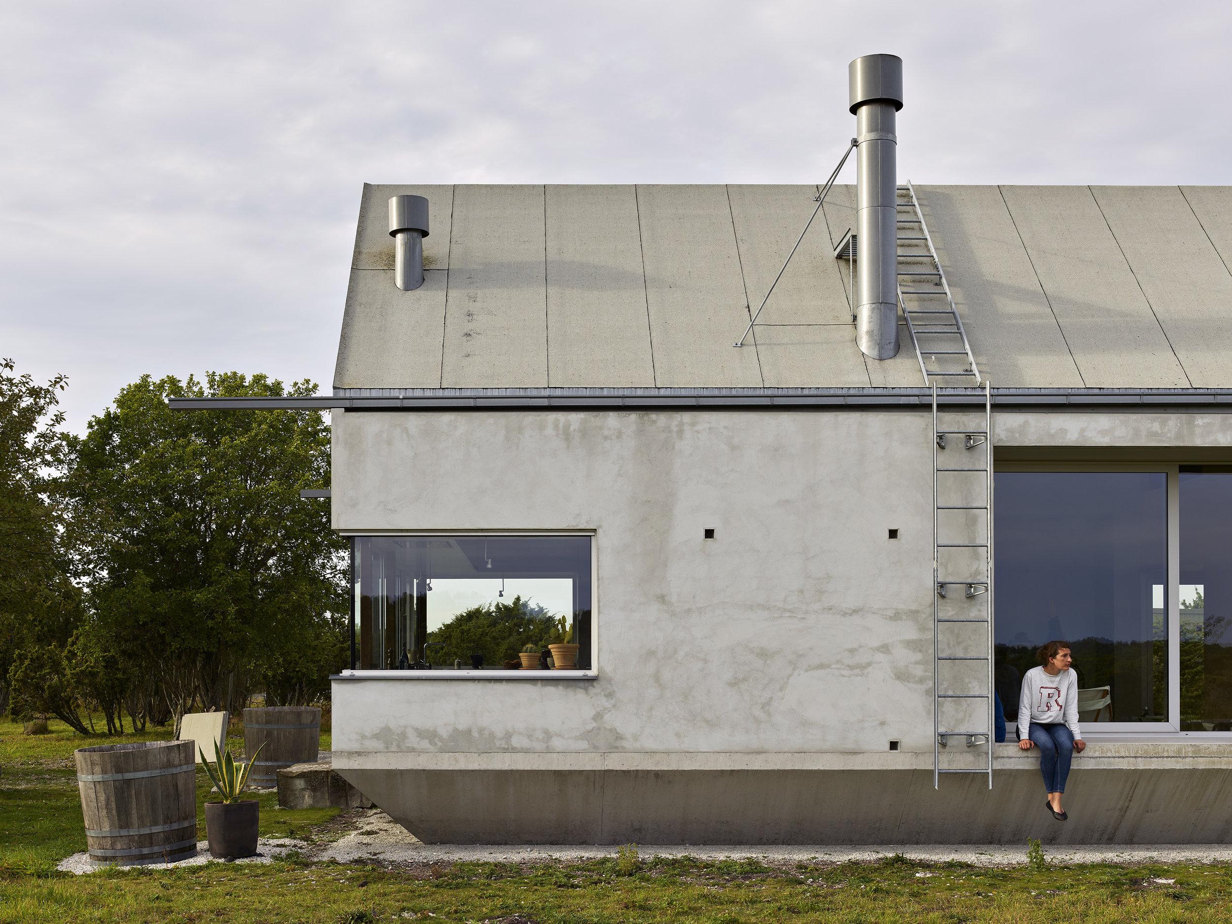Villa Burling, Hamra, Gotland. Arkitekten Anna Chavepayre. Ett sommarhus med skjutbara fönster som gör gränsen mellan ute och inne levande. Foto: Michel Bonvin
