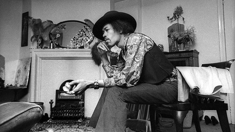 Hendrix-in-his-Mayfair-flat-1969-by-Barrie-Wentzell-770.jpg