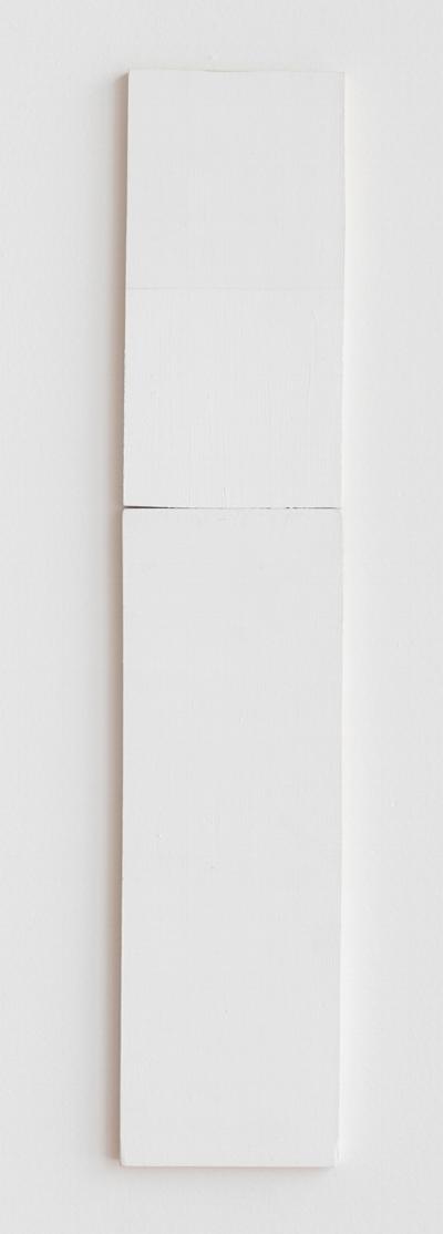 Fernanda Gomes   Sem título, 2015  tinta latex s/ madeira, 50 x 10 cm   Untitled, 2015  latex ink on wood, 19 11/16 x 17  ¾  inches