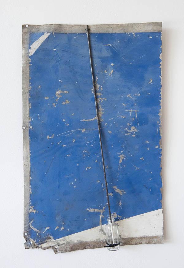 Emmanuel Nassar   Lata 7 , 2015 Pintura sobre chapa metálica, vergalhão e vidro, 59 x 36 cm   Lata 7 , 2015 Painting on sheet metal, rebar and glass, 23 1/4 x 14 3/16 inches