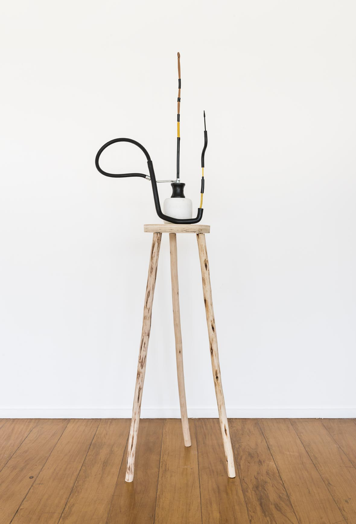 Claudio Cretti  Sem título  | Untitled,  2017 Mármore, madeira, borracha, metal e piteira |  Marble, wood, rubber, metal and cigarette holder  ,  206 x 54 x 42 cm